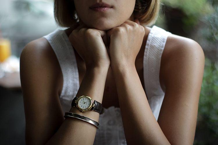 chica con reloj