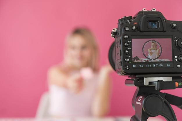 influencer-rubia-grabando-video-maquillaje_23-2148135452